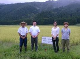 飯田さん(左端)、河原さん(その右)とへんこスタッフ
