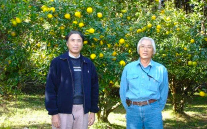 3代目センナリ社長・大地勝史(左)とゆず生産者さん
