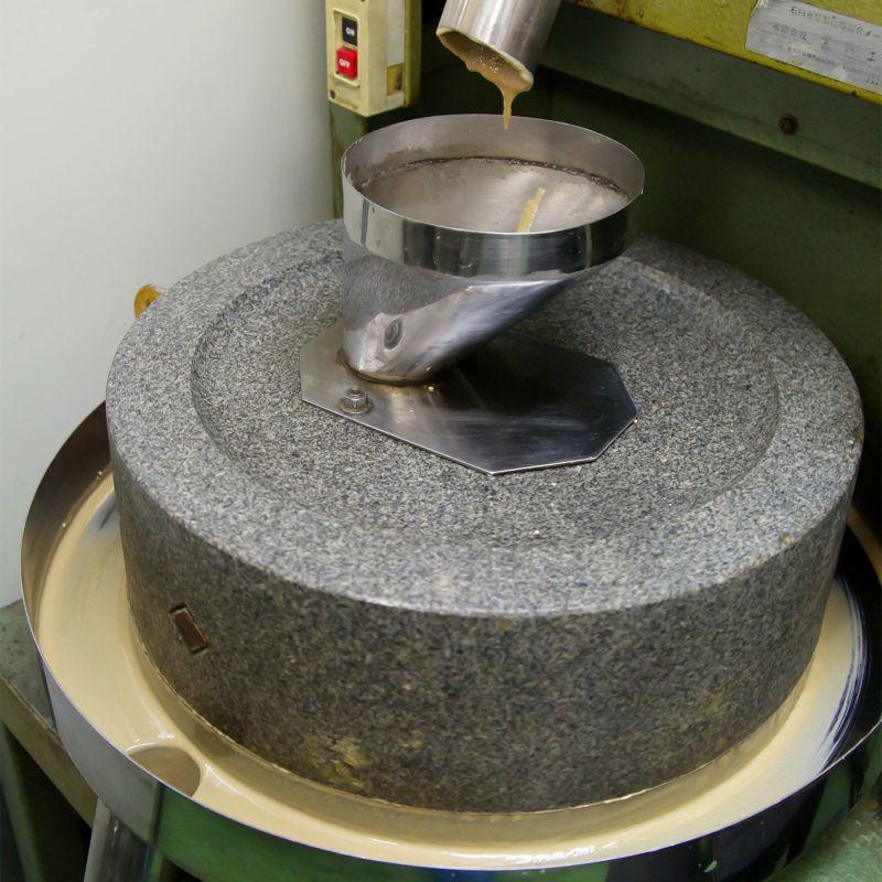 石臼での練りごま製造工程