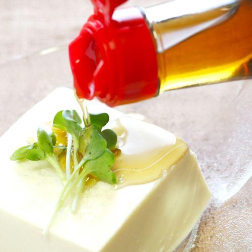 胡麻油を豆腐にかけて香り豊かに