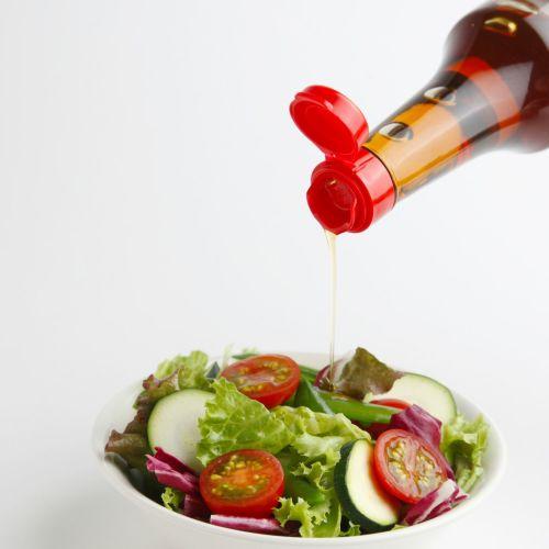 胡麻油をサラダにかける