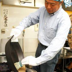 ごまを焙煎する「俺」、山田社長